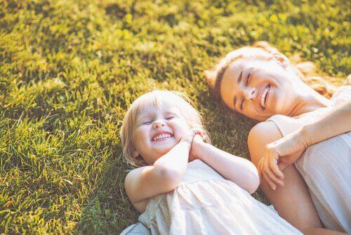 Skrattande mor och dotter