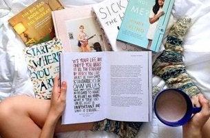 Böcker på säng