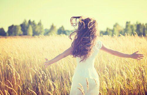 Fri kvinna på fält