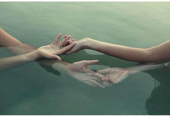 Händer i vatten