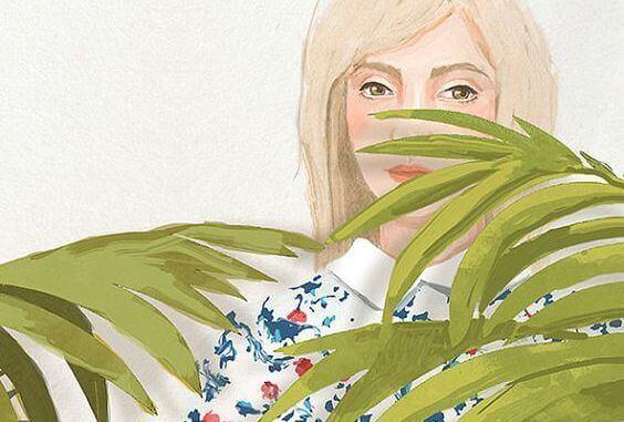 Kvinna bakom växt