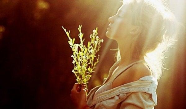 Kvinna i solsken