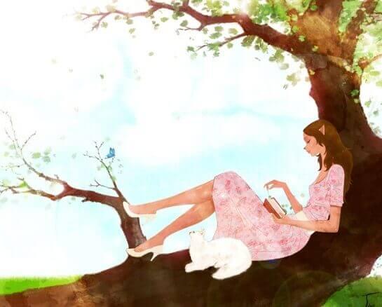 Kvinna och katt i träd