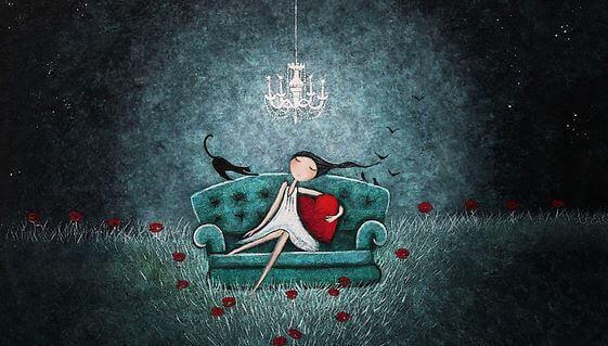 Lycklig flicka i soffa