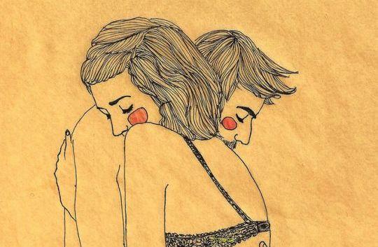 Man och kvinna kramas