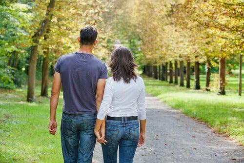 Par visar fördelar med att ta promenader