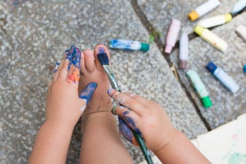 Barn målar naglarna