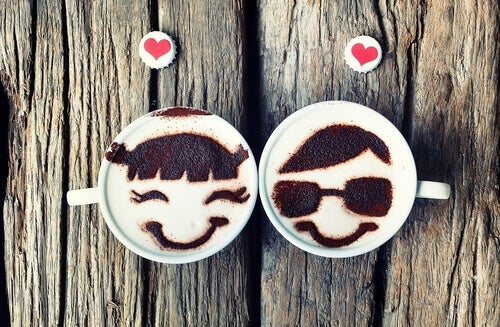 Kaffekoppar med ansikten