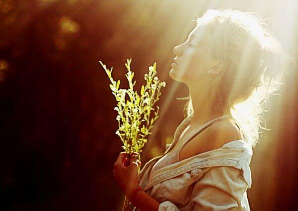 Kvinna i solljus
