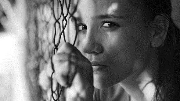 Kvinna vid stängsel
