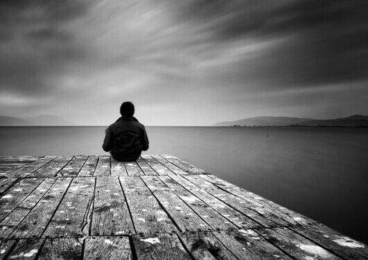 Sitter ensam
