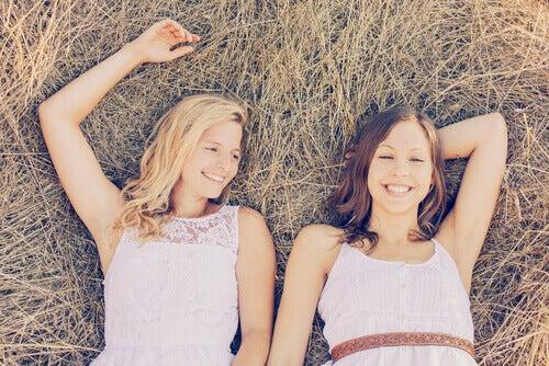 Systrar i gräset