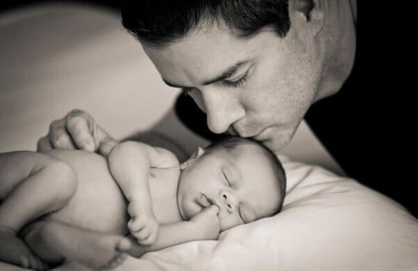 """En far som bryr sig om sina barn """"hjälper"""" inte bara"""