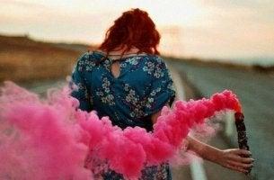 Kvinna som har valt att måla livet med färger