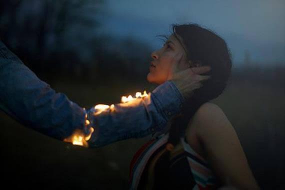 Kvinna och brinnande hand