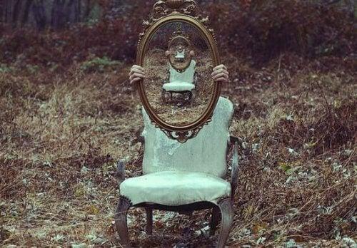 Spegel på stol