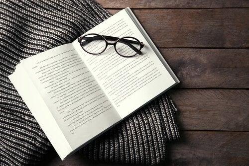 Glasögon och bok