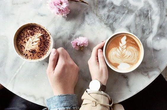 Par som dricker kaffe