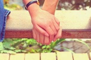 Personer som håller varandras händer i en värld full av förändring