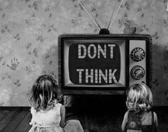 Barn framför TV