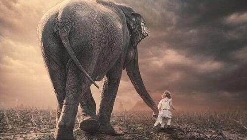 Barn med elefant