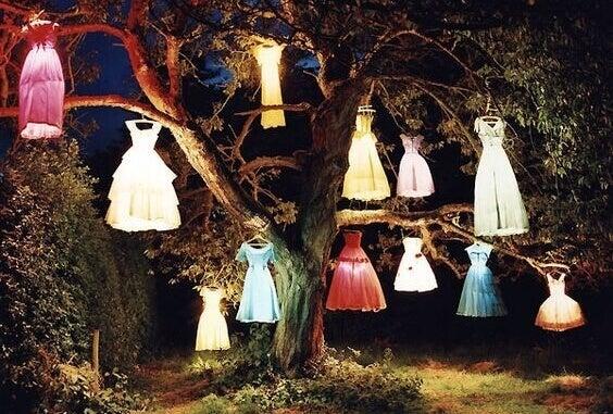 Klänningar i träd