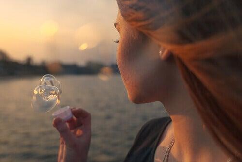 Kvinna blåser bubblor