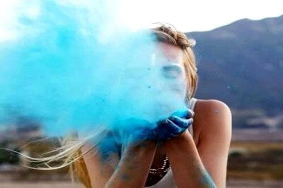 Kvinna blåser rök