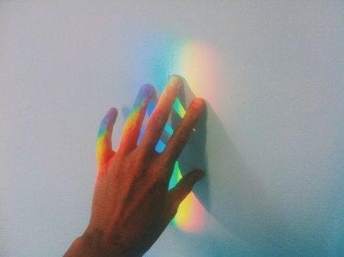 Regnbågsfärgad hand