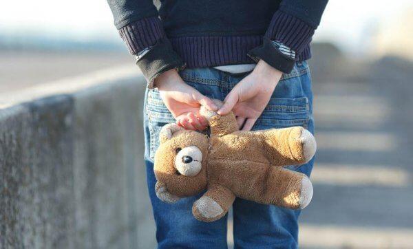 Teddybjörn bakom ryggen