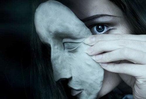 Vissa personer bär masker