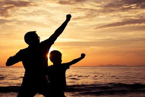 Far och son på stranden