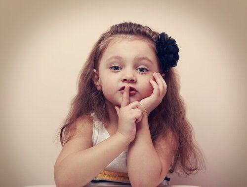 Flicka som är tyst