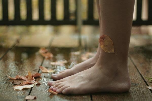 Fötter på våta löv
