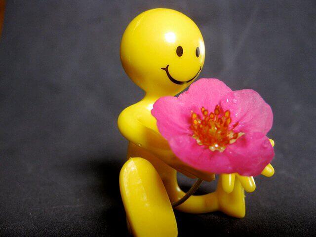 Gubbe med blomma