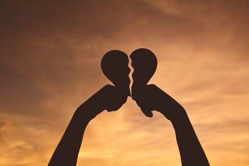 Händer med brustet hjärta