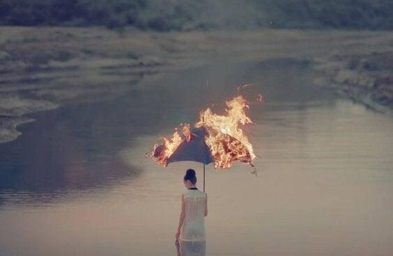 Kvinna med brinnande paraply