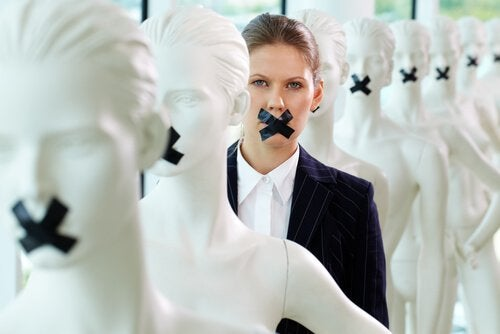 Kvinna med tejpad mun