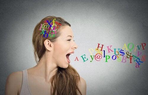 Kvinna och bokstäver