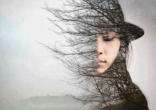Kvinna och siluett av träd