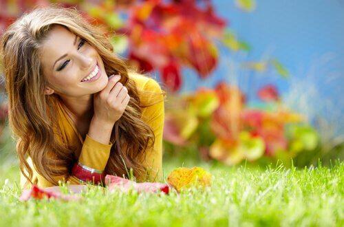 Kvinna på gräs