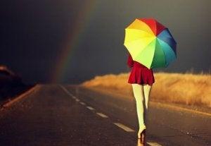 Kvinna på väg med paraply
