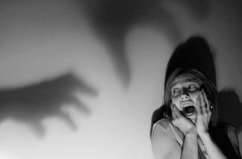 Kvinna som är rädd för skuggor