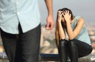 Kvinna som upplever svartsjuka över det förflutna