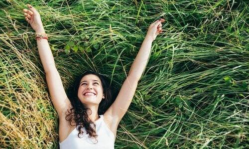 Kvinna som ligger i gräs