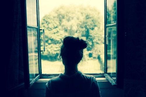 Kvinna vid öppet fönster