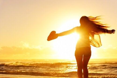 Kvinna vid strand