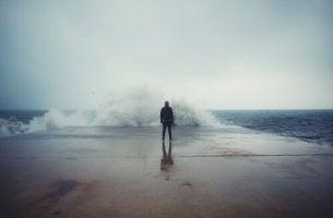 Man vid hav