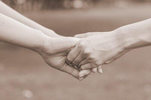 Personer som håller händer