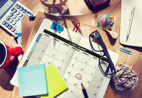 Skrivbord med kalender